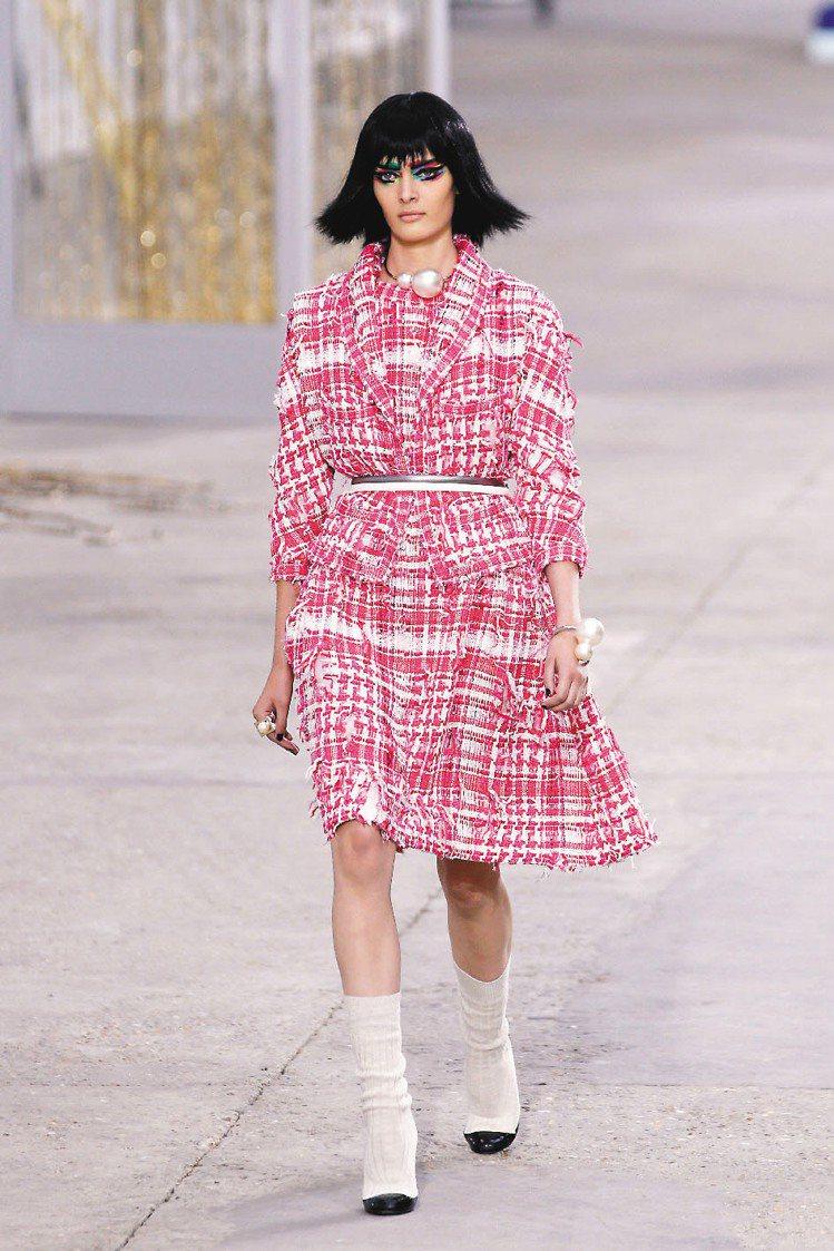 Chanel 2014 春夏新裝不乏經典的軟呢、珍珠、練帶元素以及素雅格紋。圖/...