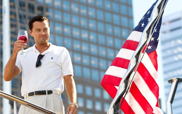 電影《華爾街之狼》中,李奧納多休閒時身穿Ralph Lauren馬球衫。圖/Ca...