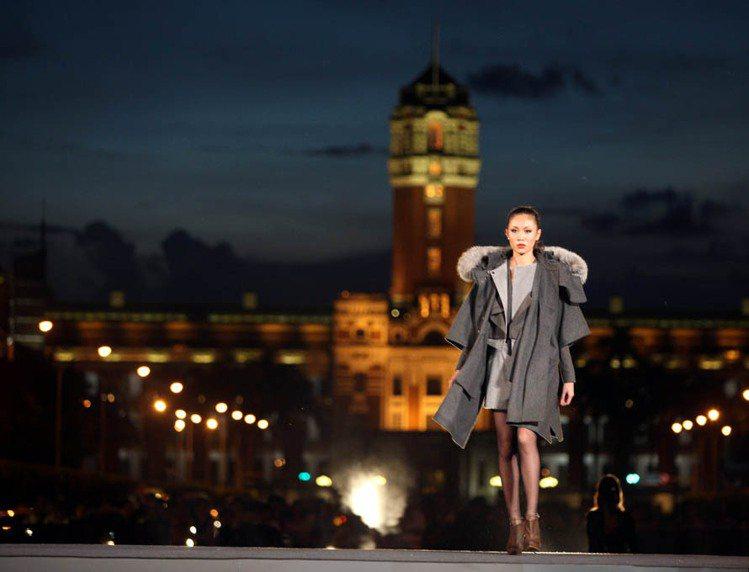 喜事國際的凱達格蘭大道時裝秀用具有歷史色彩的建築來襯托現代時裝,展現古今交錯的美...