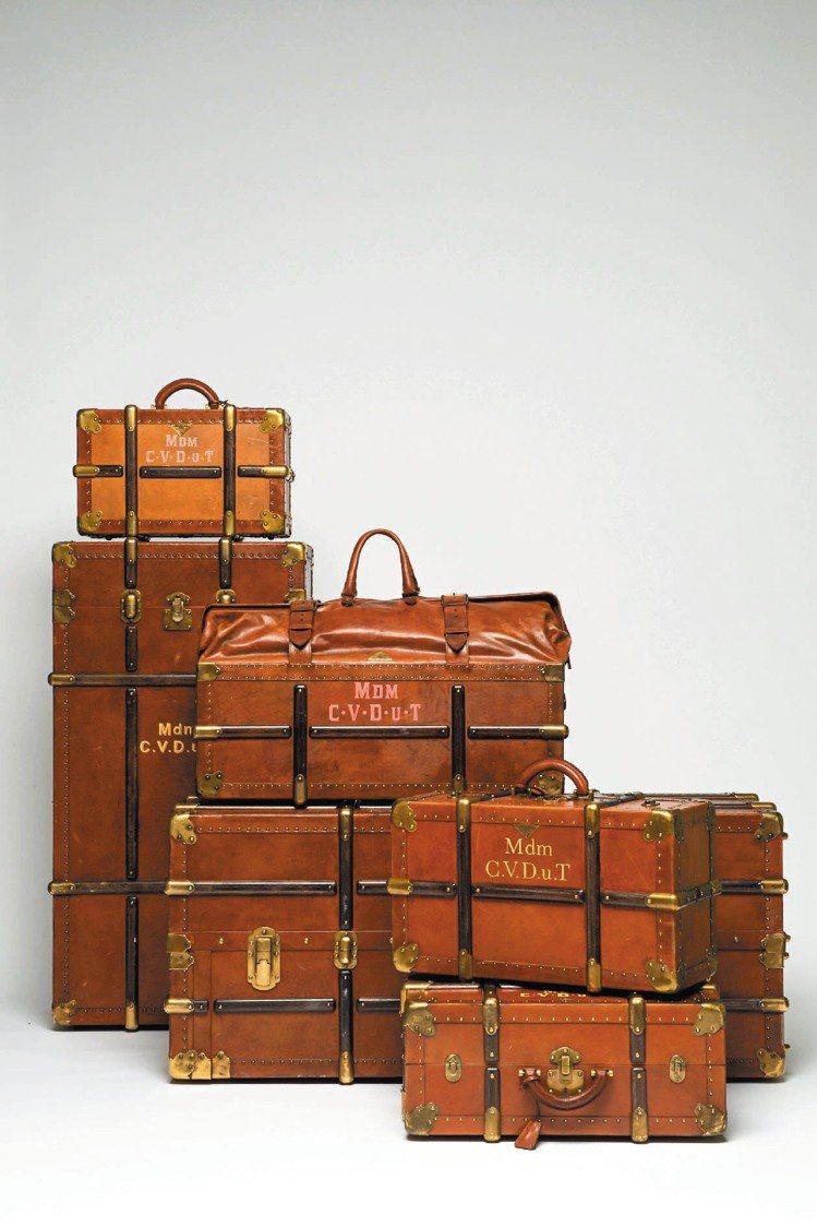PRADA專為「 D夫人」設計的各式行李箱,復古外觀,還打上主角姓名縮寫Mdm....
