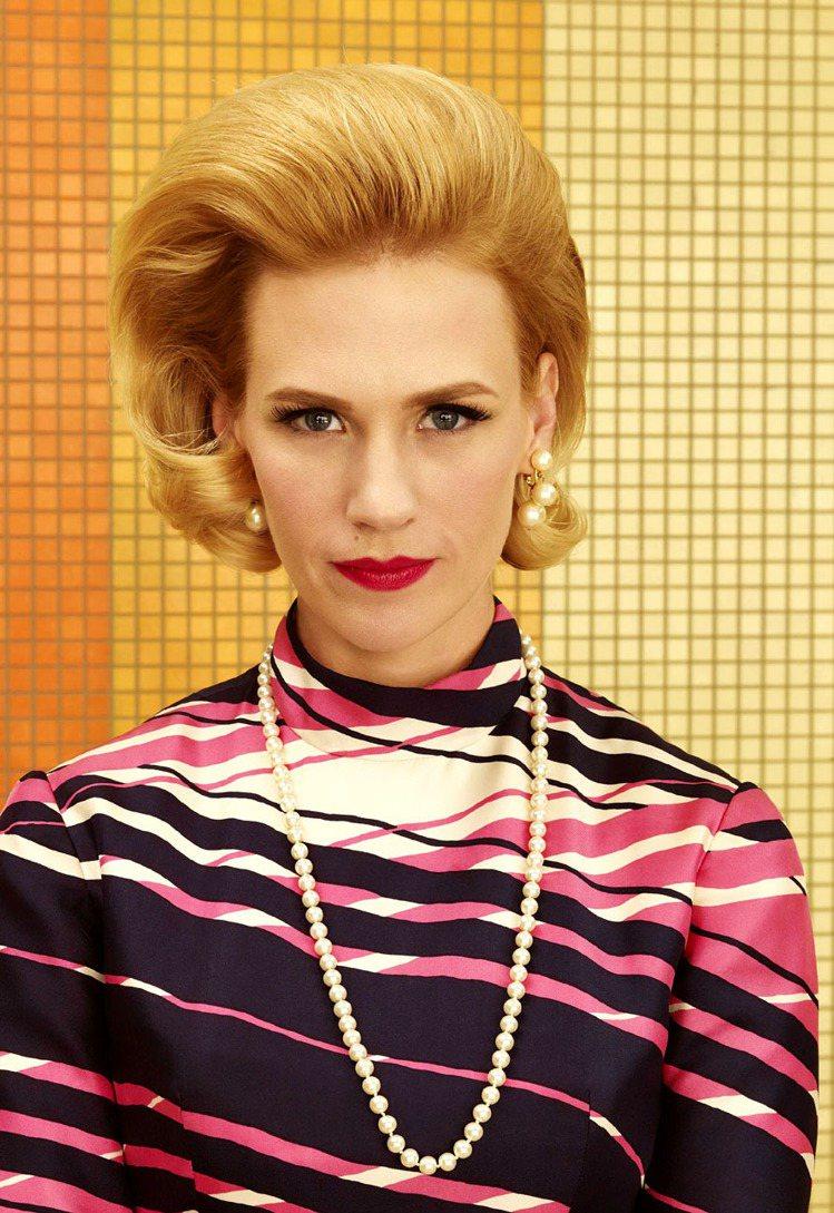 珍妮艾莉瓊斯在劇裡配戴珍珠耳環和長鍊,打造復古造型。圖/達志影像