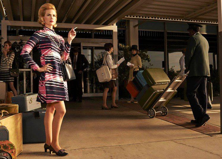 女星珍妮艾莉瓊斯在「廣告狂人」第七季全新劇照裡架式十足。圖/達志影像