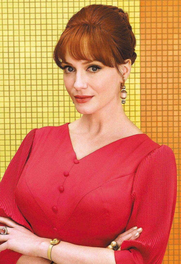 克莉絲汀娜韓卓克絲在「廣告狂人」裡的服裝色彩更加鮮麗,並以耳環巧妙妝點。圖/達志...