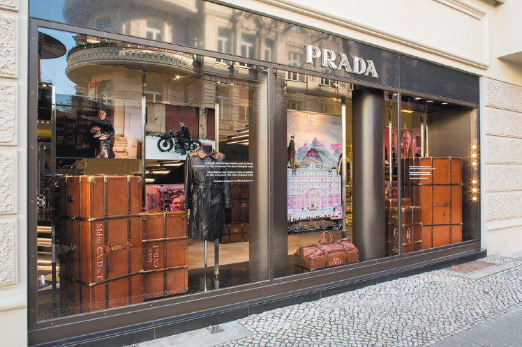 柏林影展時,PRADA特別在柏林店櫥窗和店內陳列為劇中角色訂製的行李箱和手提箱,...