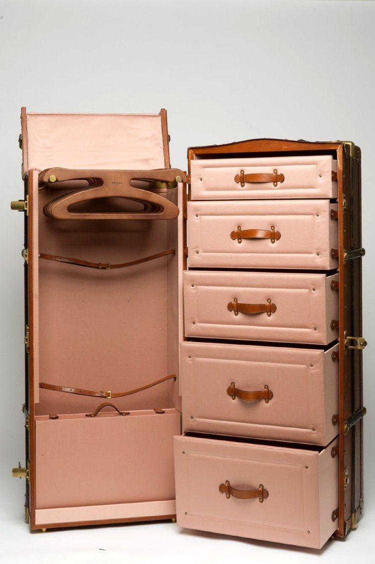 PRADA專為「歡迎來到布達佩斯大飯店」中主角設計的行李箱,外觀反映2、30年代...