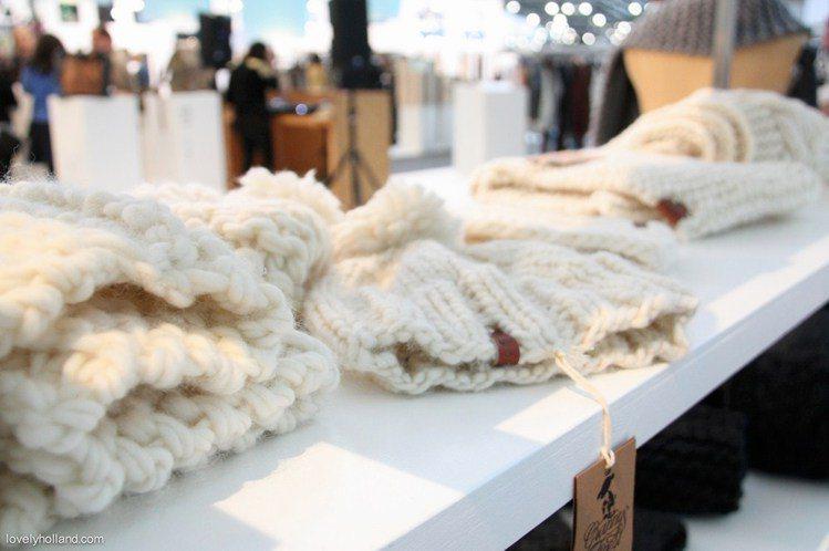 這些柔軟純羊毛手織品的色彩和款式都相當流行新穎,除了基本的圍巾,手套外,還有近年...
