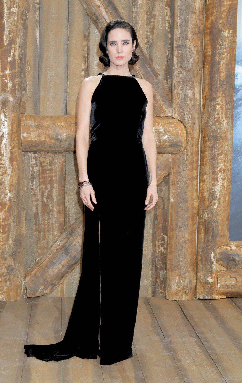 氣質美女珍妮佛康納莉穿LANVIN絲絨禮服,風華絕代。圖/達志影像