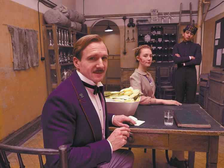 《歡迎來到布達佩斯大飯店》不僅場景精緻,連角色服裝也相當講究。圖/傳影互動提供