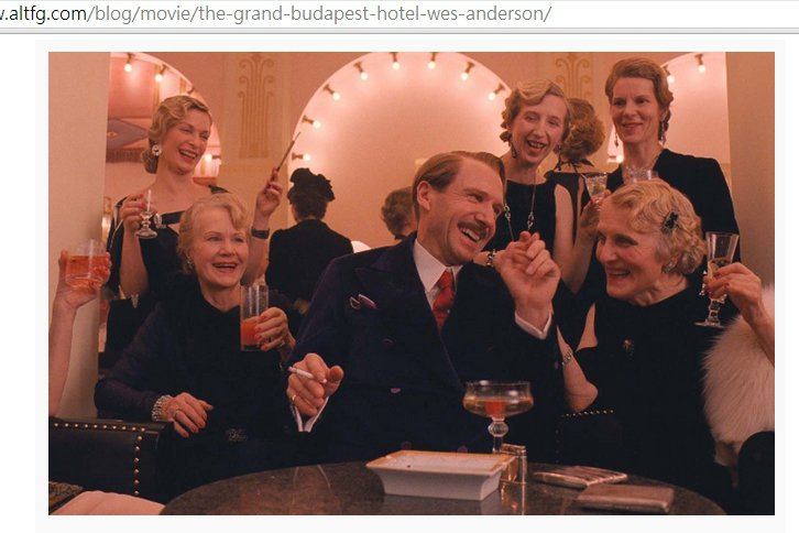 在與貴夫人們談天說笑時,古斯塔夫換上高級深色西裝,搭配俏皮紅領帶展現翩翩公子和「...