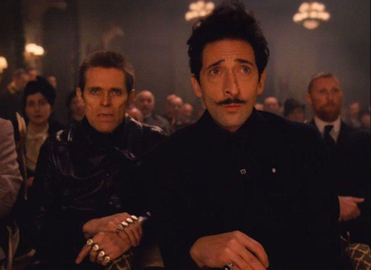 影帝安卓亞布洛迪(右)片中飾演的古怪反派有著個性翹鬍子。圖/福斯探照燈提供
