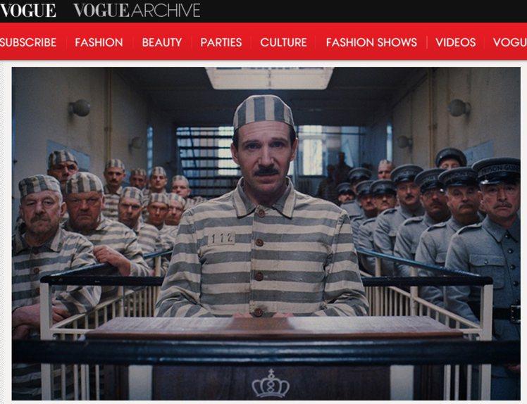 古斯塔夫不幸入獄時穿的一身淺藍條紋制服。圖/擷取自vogue.com