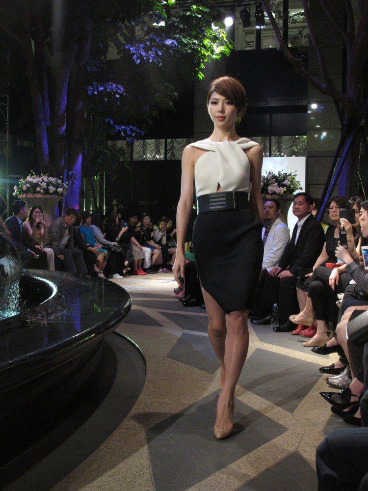 女人味的窄裙裝用大型腰封混搭個性味。記者吳曉涵/攝影