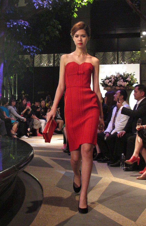 紅色系貼身洋裝搭配蝴蝶結元素優雅性感。記者吳曉涵/攝影