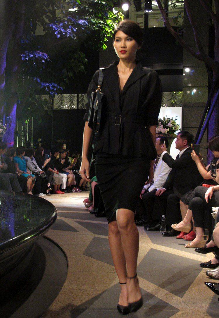 窄裙套裝性感迷人,加上腰帶混搭帥氣。記者吳曉涵/攝影
