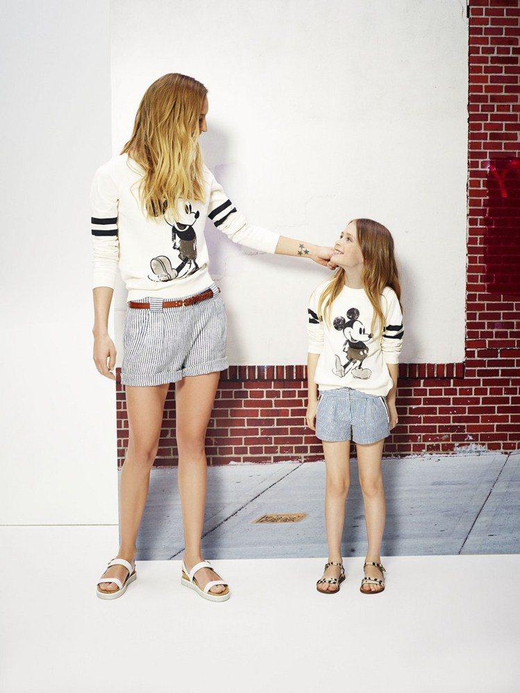 套上同款設計的大小模特兒,彷彿精心設計過的母子裝十分吸睛。圖/MANGO提供