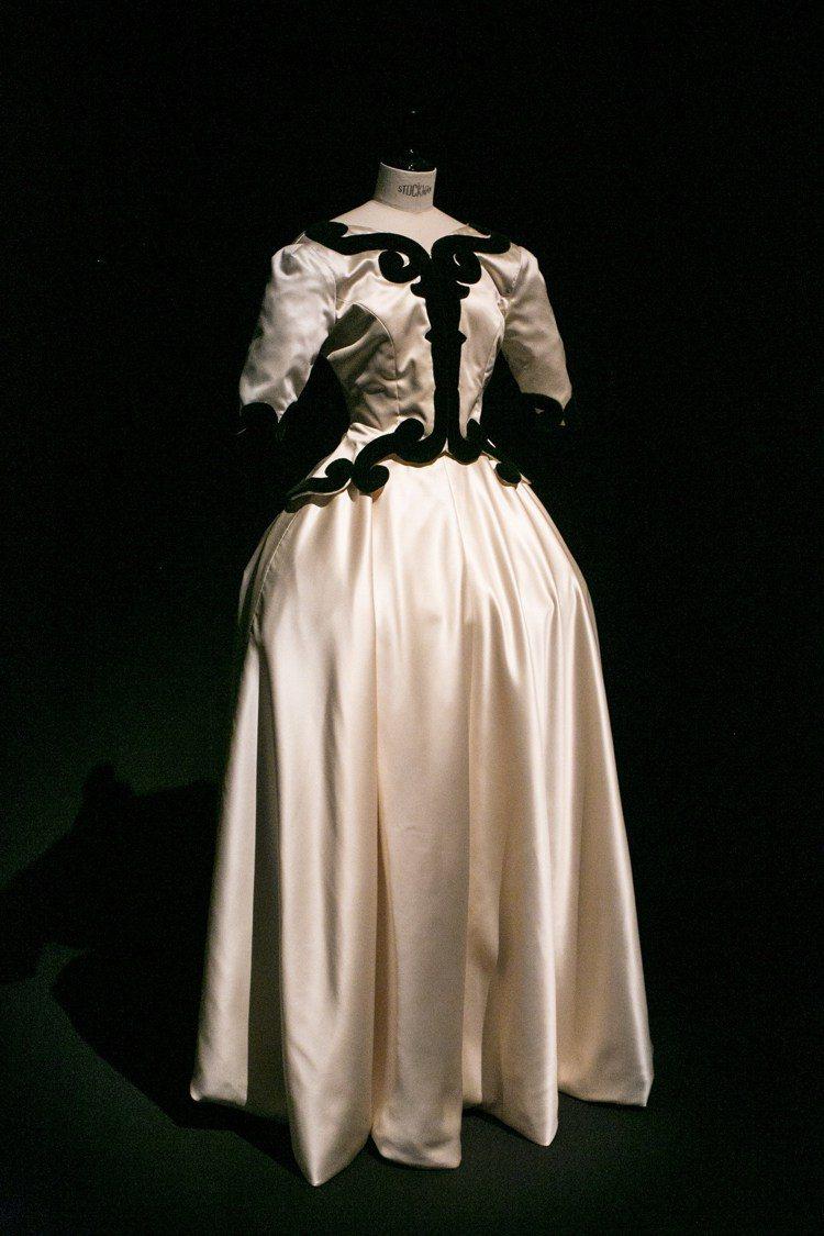 象牙色真絲緞紋與黑色天鵝絨作品《公主裙》 (Infante Dress) ,從具...