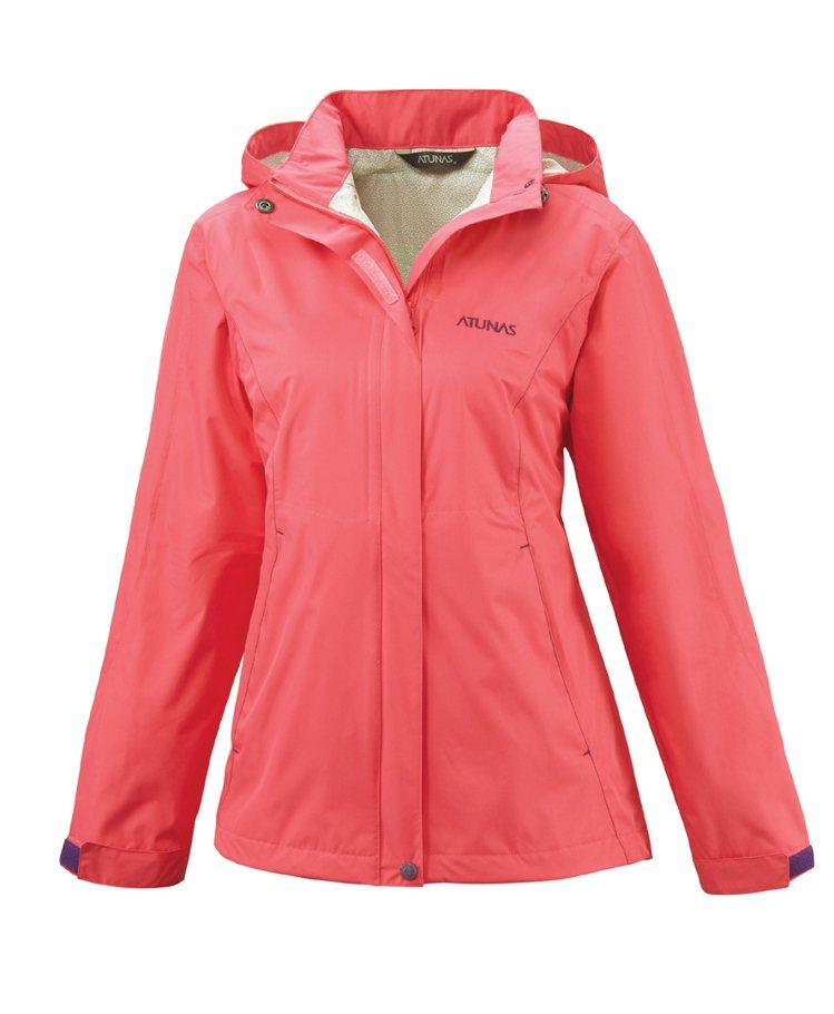 每逢5、6月梅雨季,防水機能服飾銷量增,又以輕便外套最賣。圖/歐都納提供