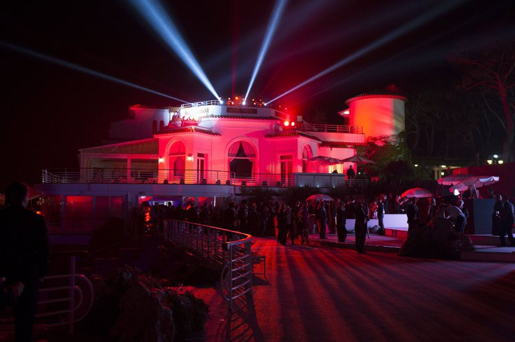 為迎合「夢魅」紅色的主題,會場透過各種燈光效果將水木草石都折射出令人醉心的紅色。...