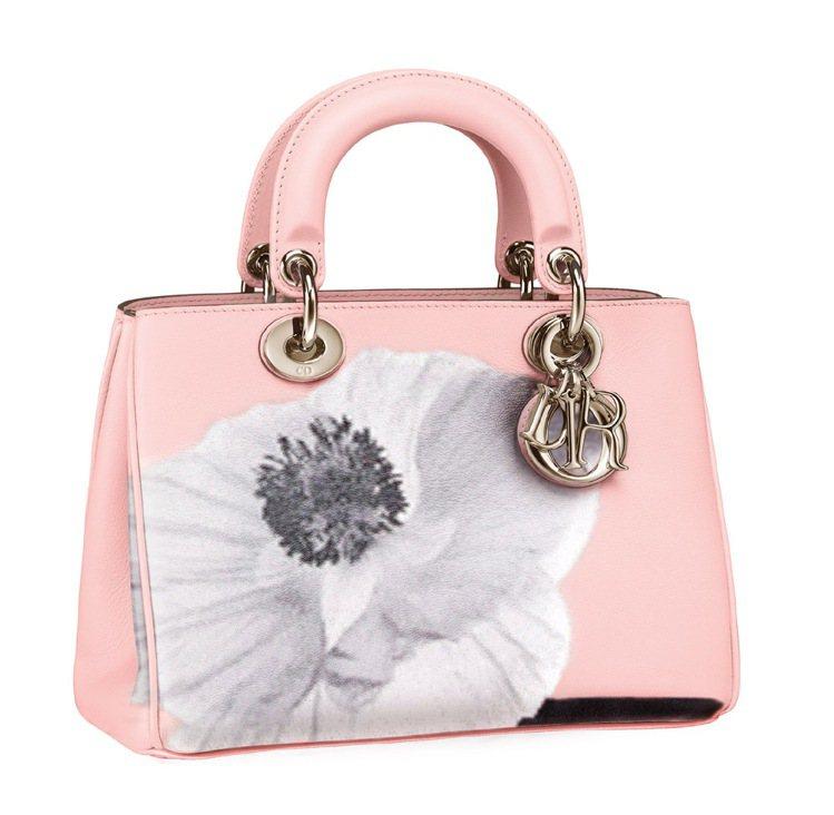淺粉色花朵手提包,16萬元。圖/Dior提供