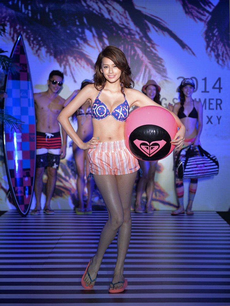 袁艾菲穿搭ROXY夏日比基尼,展現青春好身材。圖/ROXY提供