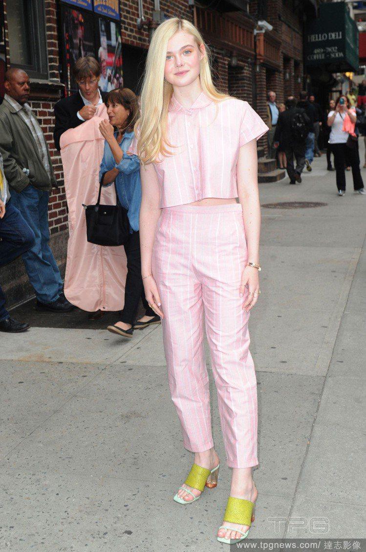 艾兒芬妮(Elle Fanning)身穿粉紅條紋棒球套裝,短版上衣和高腰褲的組合...