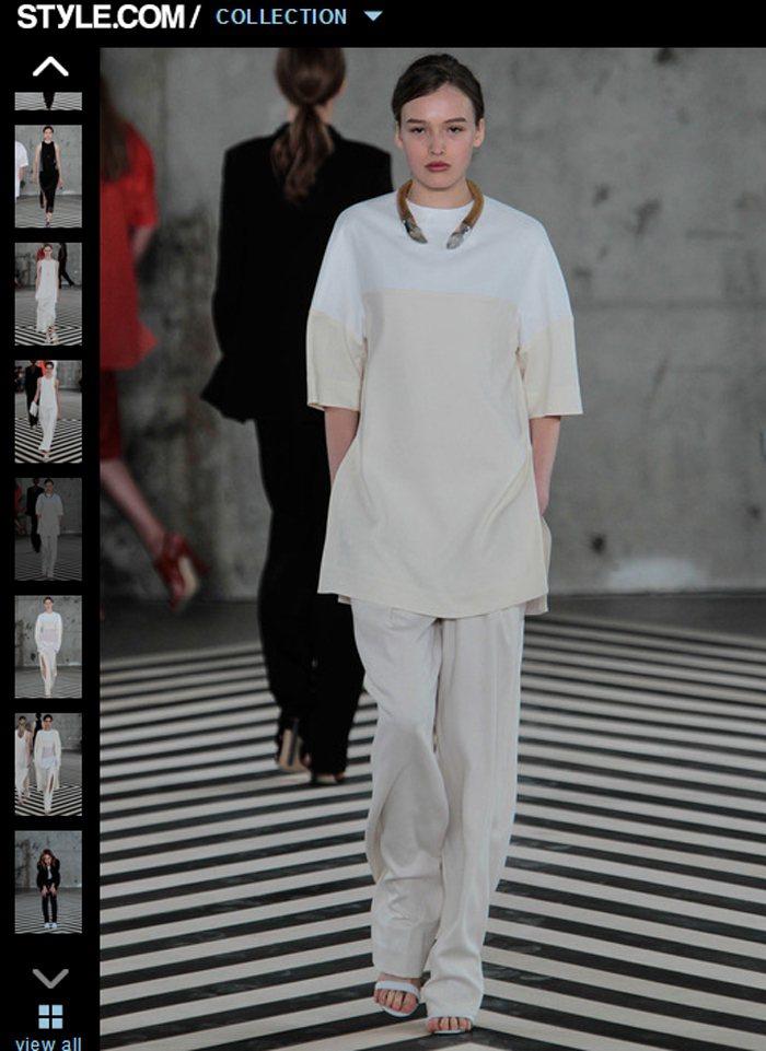 Edun 2014 春夏系列以簡約寬版 T 恤搭配寬鬆褲,呈現出悠哉愜意的氛圍,...