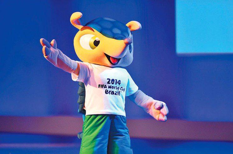 巴西Q版吉祥物 Fuleco(犰狳)跳上包包。圖/法新社