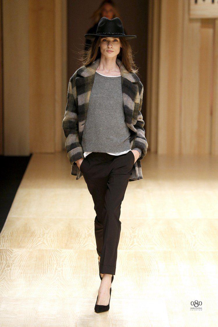 MANGO格紋毛呢外套搭窄版長褲,帶有波西米亞的時尚品味。圖/MANGO提供