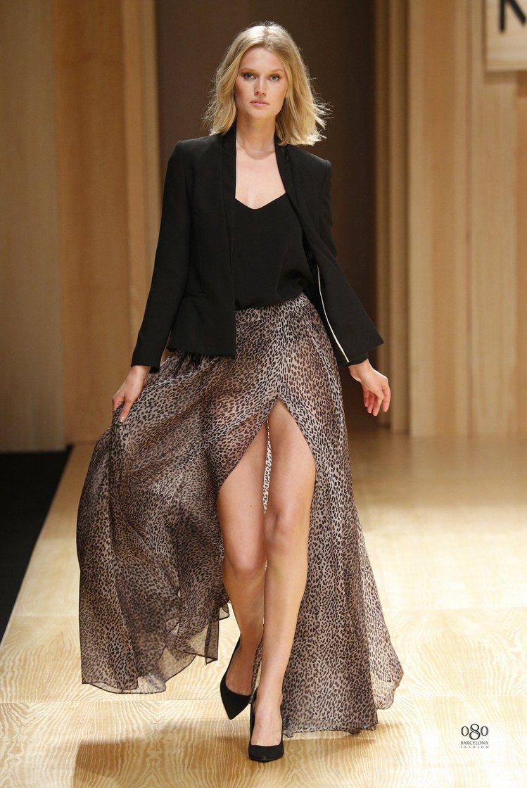 名模Toni Garrn以豹紋雪紡長裙搭黑色外套,風格優雅。圖/MANGO提供