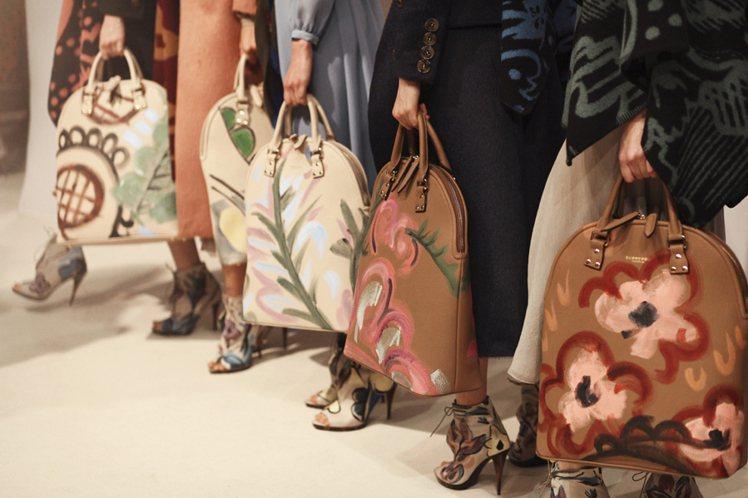 塗鴉元素、1920年代很流行的氈毯面料也能在新推出的 Bloomsbury 包包...