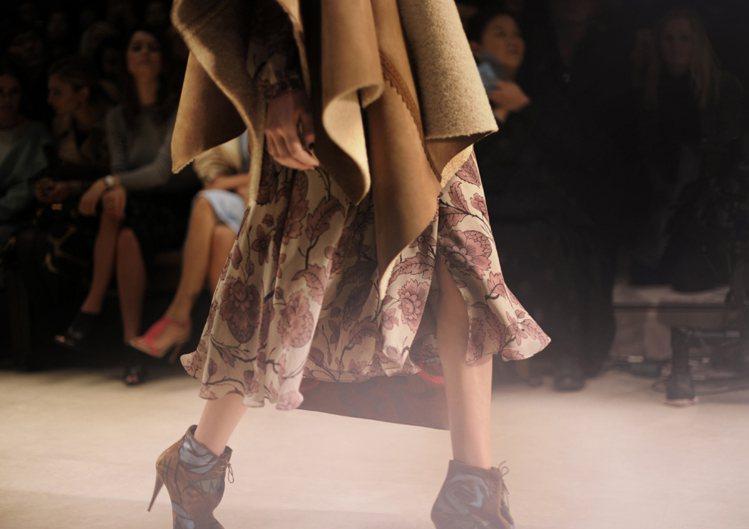復古線條設計而成的洋裝和窗簾風格般的印花則是散發vintage 古著風情,帶有時...