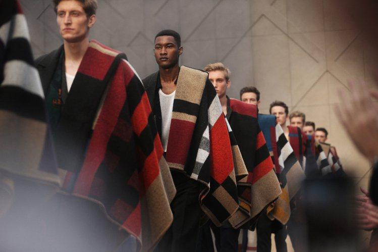 BURBERRY 本季就是要展現一種「披披掛掛」的瀟灑態度,飄逸的圍巾、不對襯的...
