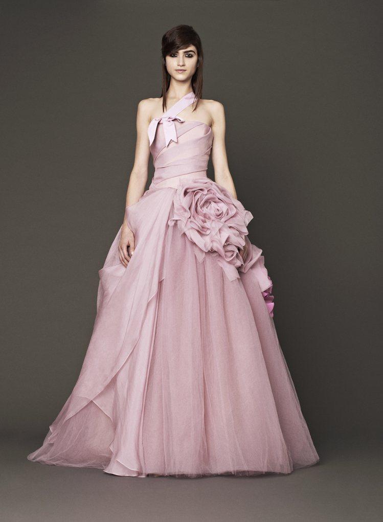 「婚紗女王」Vera Wang 王薇薇發布新一季粉色婚紗系列,將每個女孩小時幻想...