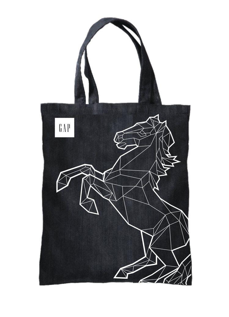 限量馬年經典丹寧牛仔提袋一只,限時限量且只送不賣。圖/GAP提供