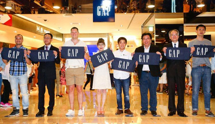 美國休閒成衣品牌GAP在台第三家店於Mega City板橋大遠百店隆重開幕,遠百...