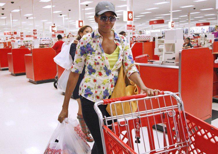 年逾50的蜜雪兒平日的衣著很親民,也會上超市採買,乍看就像一般婦人。圖/美聯社