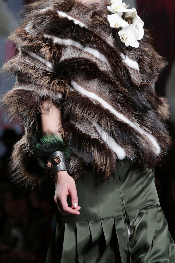 FENDI短版皮草大衣,以水狸、狐狸、水獺等皮草拼成,美麗的螺旋紋勾勒摩登時尚。...