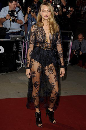 Cara Delevingne選穿Burberry出席盛會,黑色透明蕾絲禮服根本...