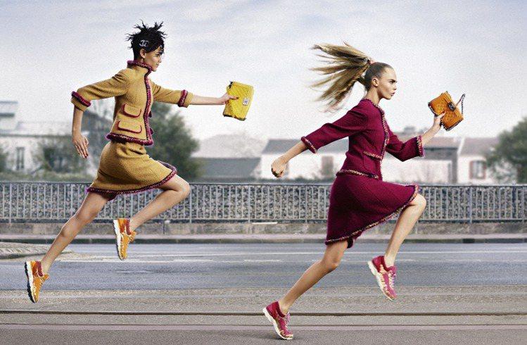 香奈兒秋冬推出運動球鞋,用奢華材質詮釋休閒風格。圖/香奈兒提供