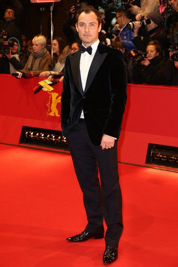 曾是他牌男裝代言人的裘德洛,如今改穿PRADA訂製西裝。圖/PRADA提供