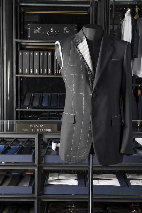 PRADA訂製西裝傳承義式西裝的傳統,講究合身剪裁。圖/PRADA提供
