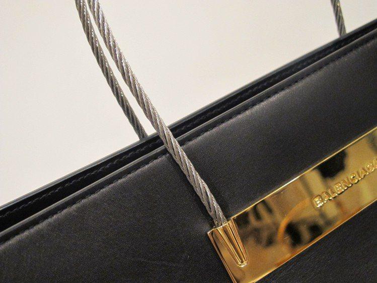 BALENCIAGA今年秋冬cable 包,採用鋼索提把。圖/記者陶福媛攝影