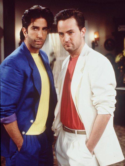 Ross 和 Chandler 梳油頭、穿上西裝扮《邁阿密風雲》男主角 Don ...