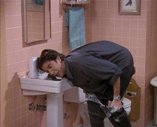 Ross 為了帥帥地見新女友,在浴室裡和皮褲搏鬥。圖/擷自telegraph
