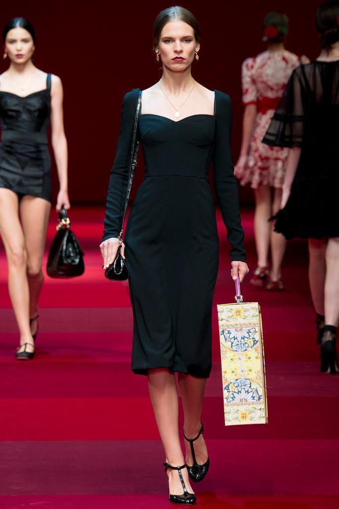 Dolce & Gabbana讓模特兒拎著裝有人偶娃娃的精緻箱子亮相。圖/擷自s...