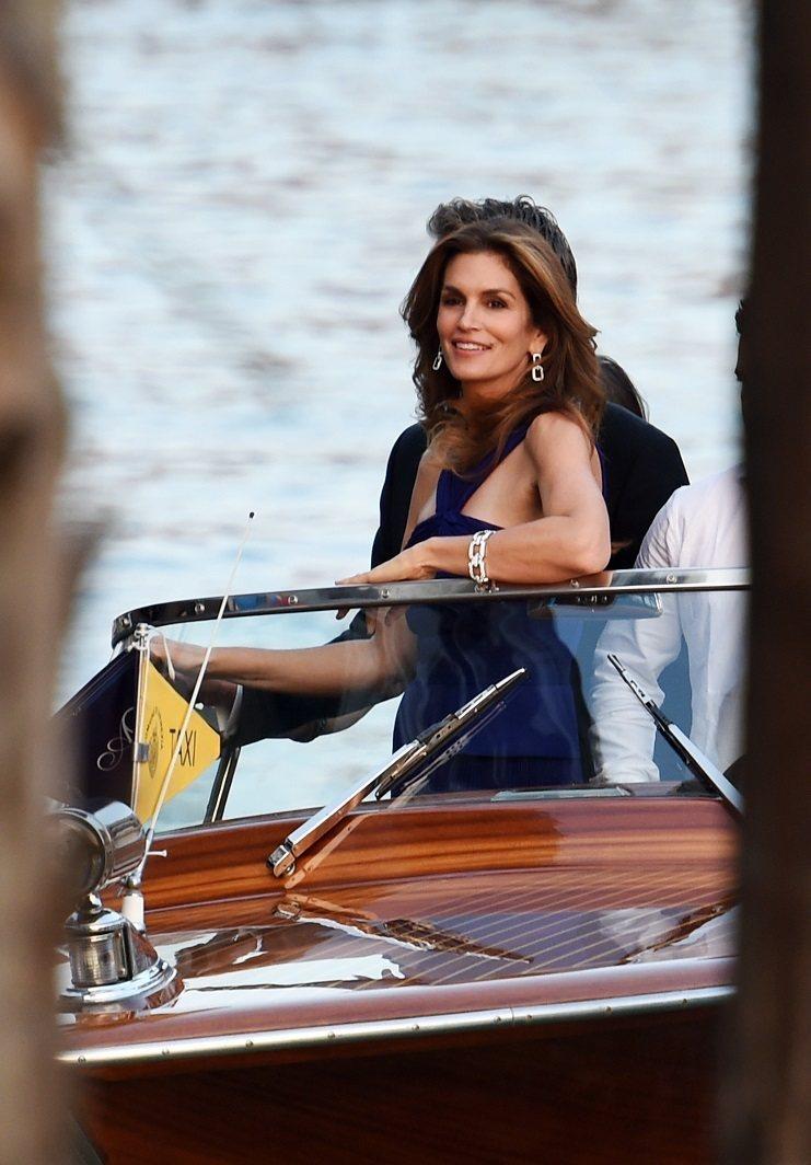 辛蒂克勞馥則配戴 Harry Winston 的耳環和手鍊,在威尼斯的豔陽下閃閃...