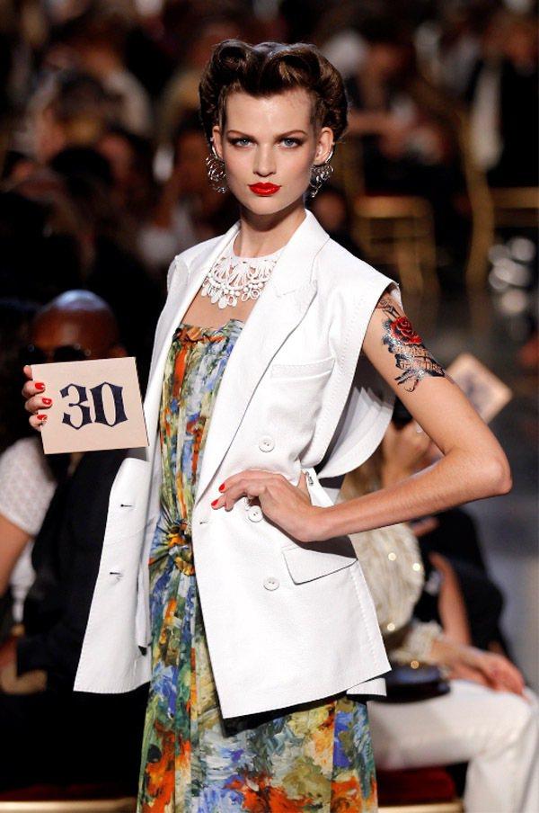 Jean Paul Gaultier曾重現五○年代時裝秀,讓模特兒拿號碼牌出場。...