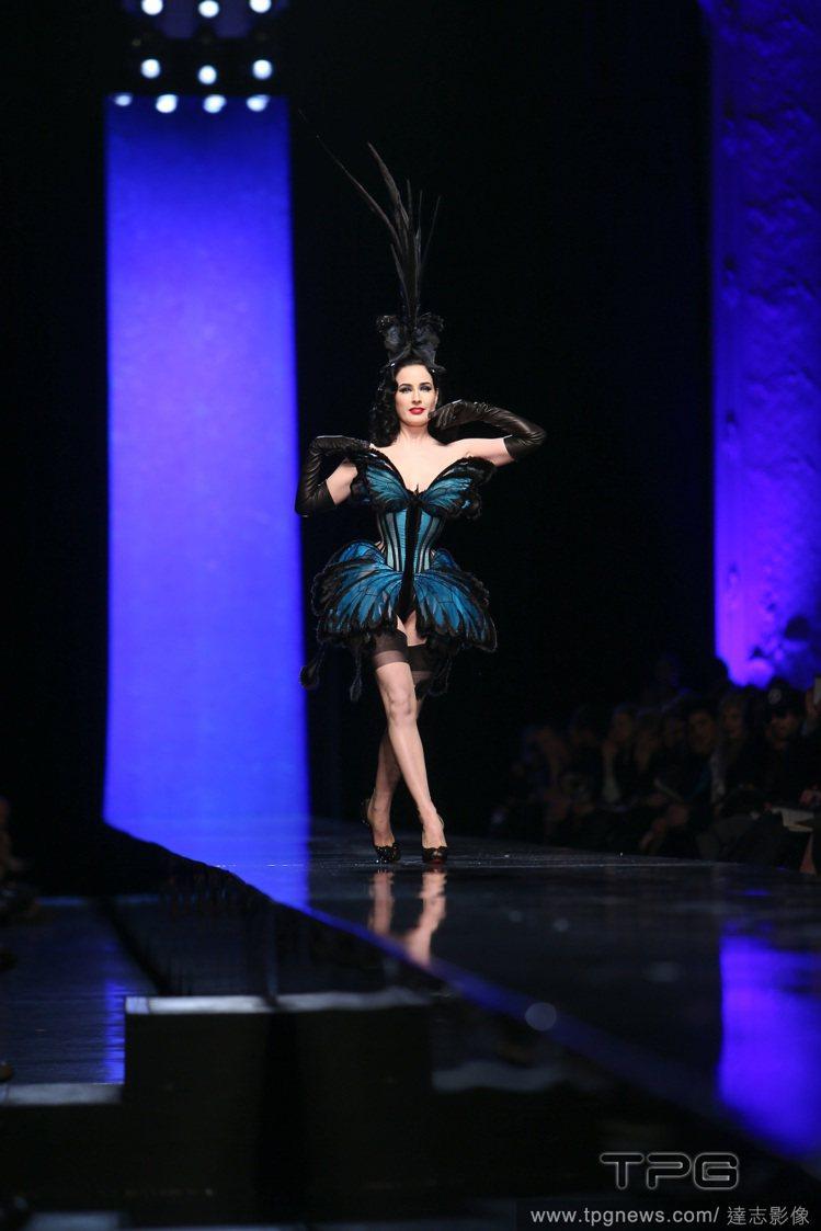 時尚頑童高堤耶喜歡找來當紅話題人物為服裝秀助陣,像是脫衣舞孃Dita Von T...