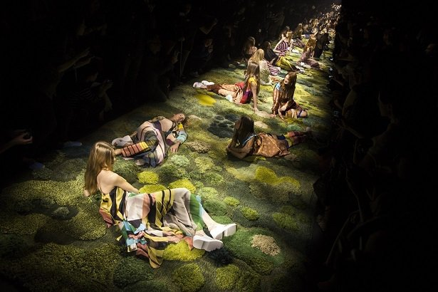 Dries Van Noten大秀的靈感源自英國藝術家John Everett ...