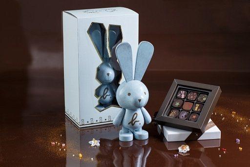 agnes b.藍色小兔木頭公仔夾心巧克力組-圖/agnes b.提供